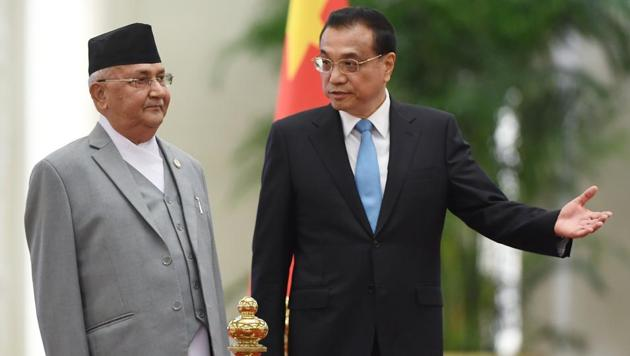 Nepal Prime Minister KP Sharma Oli (left) with Chinese Premier Li Keqiang during a welcome ceremony at the Great Hall of the People in Beijing.(AFP)
