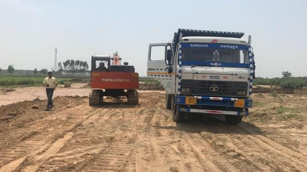 The district administration can only conduct raids, and needs the support of all other departments to rein in illegal sand mining, which is rampant in Mohali.(HT File Photo)