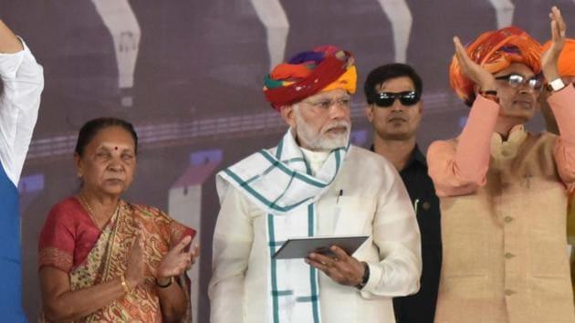 Prime Minister Narendra Modi with Madhya Pradesh Governor Anandi Ben Patel (left) and chief minister Shivraj Singh Chouhan (right) during the inauguration ceremony of Mohanpura dam project in Rajgarh district, Madhya Pradesh, on June 23, 2018.(Mujeeb Faruqui/HT Photo)