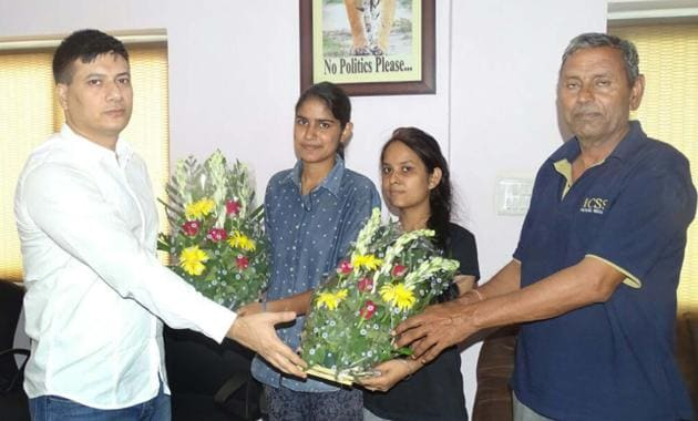 Alwar superintendent of police Rahul Prakash (L) felicitates college girls Jyoti Chauhan (2nd from left) and Poonam Sahran on Sunday after they chased down and caught a mobile snatcher.(HT Photo)