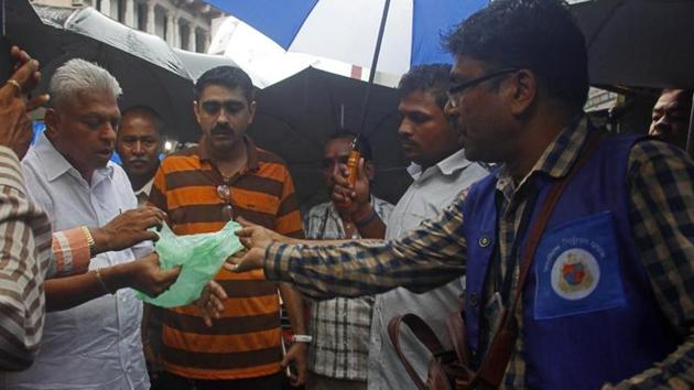 BMC officials inspects shops for use of banned plastic on Monday.(Hemanshi Kamani/HT Photo)