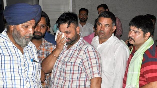 The kin mourns Paramjit Kaur's death in Amritsar on Monday.(Sameer Sehgal/HT)