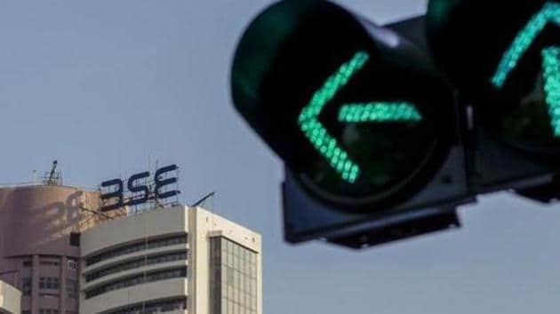 A traffic signal stands illuminated next to the Bombay Stock Exchange (BSE) building in Mumbai.(Dhiraj Singh/Bloomberg)