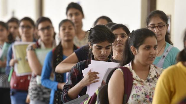 Delhi university aspirants fill their admission forms for the new academic session 2018-19 at Daulat Ram College on June 20, 2018.(Sanchit Khanna/HT PHOTO)
