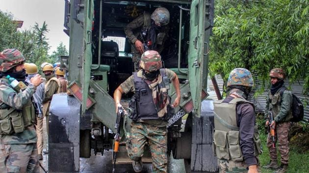 Security personnel being deployed outside the house in which militants were allegedly holed up during an encounter in south Kashmir's Pulwama on June 29, 2018.(PTI)