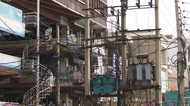 Cables hang from an electric pole at Gurudwara Road near Aggarwal Dharamshala, in Gurugram.(HT File Photo)