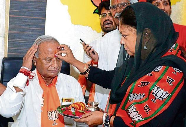 Chief miniser Vasundhara Raje welcomes newly appointed Rajasthan BJP president Madanlal Saini on Saturday.(Prabhakar Sharma/HT Photo)