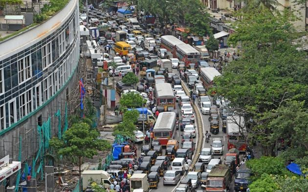 With the Gokhale Bridge shut at Andheri following its partial collapse, Sahar Road became a bottleneck for traffic moving between east and west parts of the suburb.(HT Photo)