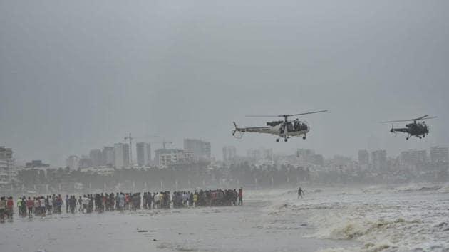 Search operations underway off Juhu beach on Friday morning.(Satyabrata Tripathy/HT Photo)