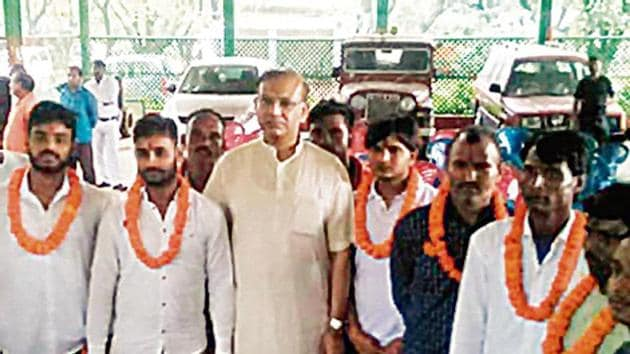 Union minister of state for Civil Aviation Jayant Sinha welcomed with garland the seven convicted cow vigilantes.(HT Photo)