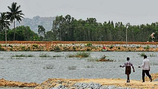 The treated waste water has led to the increase in water levels of Kolar's Lakshmisagara lake, a sight villagers say they hadn't seen for years. Locals remain wary of the project after rumours spread that cattle have died after drinking the treated water.(Arijit Sen/HT Photo)