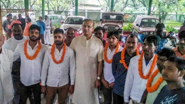 Union minister Jayant Sinha with the lynching convicts at his residence after they were released on bail in Ramgarh, Jharkhand.(PTI File Photo)