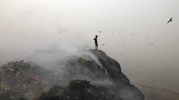 The Bhalswa Landfill in New Delhi. Burning of garbage adds to Delhi air pollution.(Sanchit Khanna/HT File Photo)
