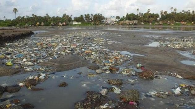 The agencies said that it was BMC's responsibility to ensure that solid waste was not dumped into the sea.(HT File Photo)