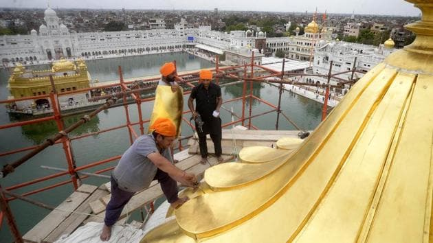 Craftsmen fitting the gold plated pataras (sheets) on the central dome of deodi (entrance) of the Golden Temple in Amritsar on Sunday.(Sameer Sehgal)