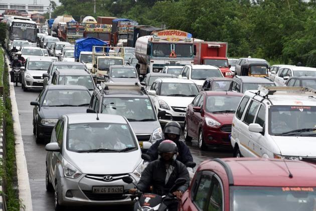 Traffic crawls on the Sion-Panvel highway near CBD Belapur in Navi Mumbai.(HT Photo)