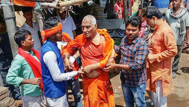 Social activist Swami Agnivesh after he was allegedly assaulted by Bharatiya Janata Yuva Morcha (BJYM) workers, during his visit to Pakur on Tuesday, July 17, 2018.(PTI Photo)