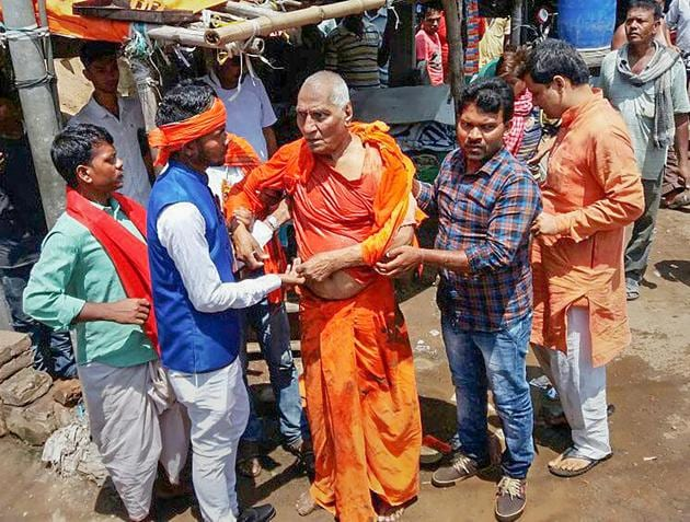 Social activist Swami Agnivesh was assaulted allegedly by Bharatiya Janata Yuva Morcha (BJYM) workers, during his visit to Pakur on Tuesday, July 17, 2018(PTI)