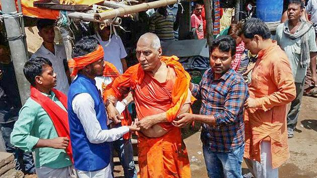 Swami Agnivesh after he was allegedly assaulted by Bharatiya Janata Yuva Morcha (BJYM) workers, during his visit to Pakur on Tuesday.(PTI Photo)