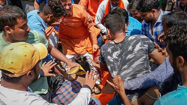 Alleged Bharatiya Janata Yuva Morcha (BJYM) workers assault social activist Swami Agnivesh during his visit to Pakur on July 17.(PTI Photo)
