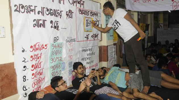 MBBS students of Calcutta Medical College and Hospital are fasting for the 11th day demanding hostel facilities. A section of the house staffs, interns and even senior doctors have expressed solidarity with the agitating students.(Samir Jana/HT PHOTO)