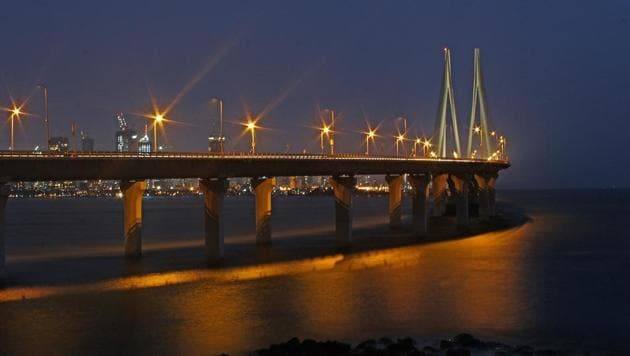 The 4.5-km-long bridge aims to connect the Bandra-Worli sea link (in pic) to the Mumbai trans-harbour link in Sewri.(HT File Photo)