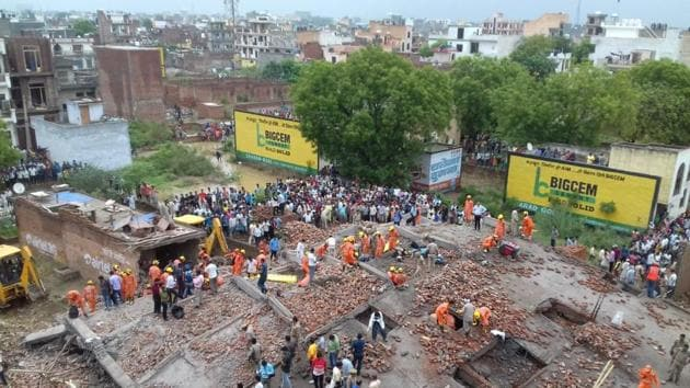 Rescue operations on at the spot where a building collapsed in Ghaziabad on Sunday afternoon.(Sakib Ali/HT Photo)