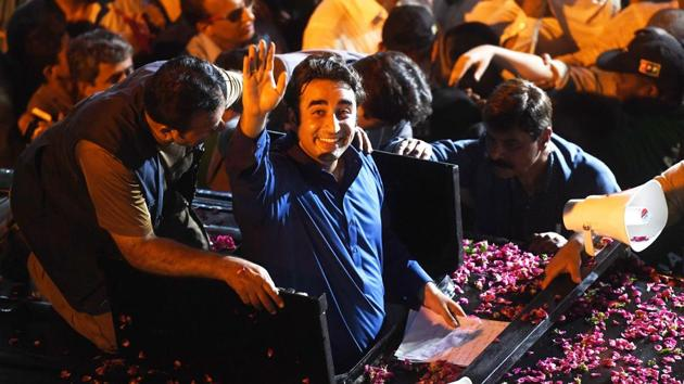 Pakistan Peoples Party (PPP) Chairman Bilawal Bhutto (C) waves to supporters during an election campaign rally in Karachi early on July 21, 2018.(AFP Photo)
