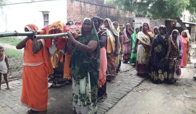 Santora wanted her only daughter Pushpavati Patel and daughters-in-law to carry her bier as she felt the move would help dispel the commonly held notion that women should not resort to such a practice.(HT Photo)
