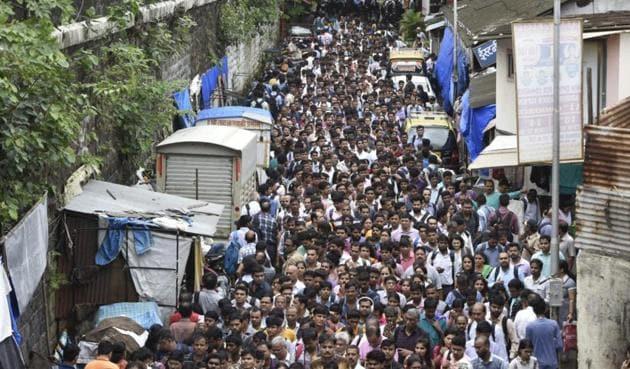 The overcrowded lane outside Lower Parel station in Mumbai.(Anshuman Poyrekar/HT Photo)