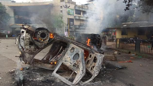 Protesters torched private cars in Navi Mumbai on Wednesday.(Bachchan Kumar)