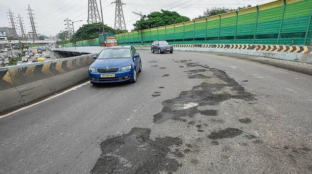 Potholes at Suman Nagar flyover in Mumbai.(Kunal Patil/HT Photo)