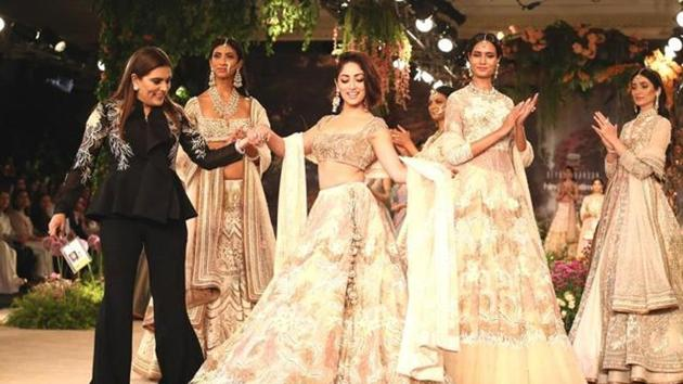 Yami Gautam was the showstopper for fashion designer Reynu Taandon's penultimate show at ICW 2018, presented by Hindustan Times and Sunil Sethi Design Alliance.(Jasjeet Plaha/HT Photo)
