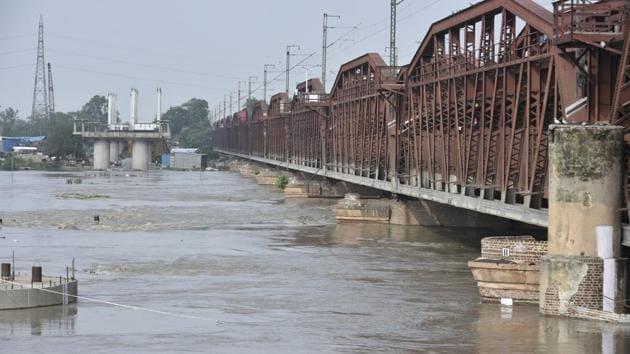 A view of the swollen Yamuna River near Old Iron Bridge in New Delhi on July 29.(Raj K Raj/HT PHOTO)
