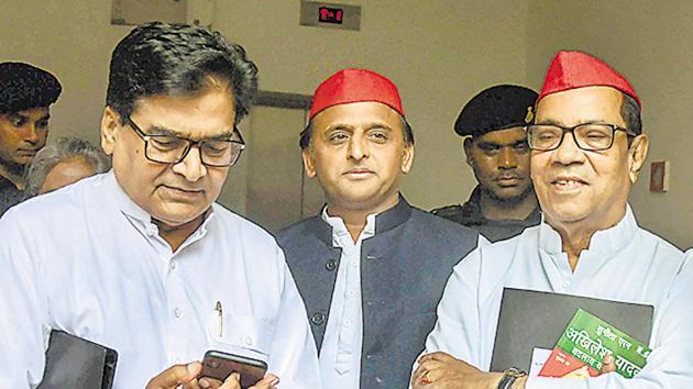 Lucknow: Samajwadi Party President Akhilesh Yadav flanked by party's general secretary Ram Gopal Yadav (L) and party vice-president Kiranmoy Nanda at the National Executive meeting at Lucknow, July 28(PTI)