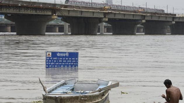 A view of the swollen Yamuna near Kalindi Kunj on July 30, 2018. Officials said the river is expected to touch 206.5m on Tuesday evening.(Burhaan Kinu/HT PHOTO)