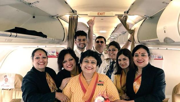 Pooja Chinchankar (centre) with her daughter (third from right) and the crew of her last flight.(Twitter/@caramelwings)