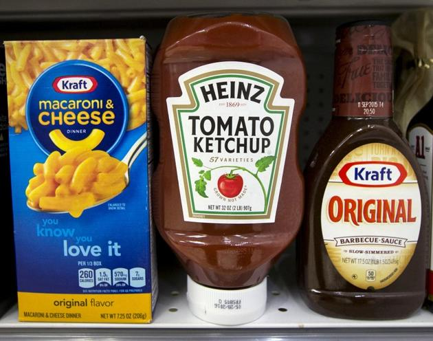 A Heinz Ketchup bottle sits between a box of Kraft macaroni and cheese and a bottle of Kraft Original Barbecue Sauce on a grocery store shelf in New York March 25, 2015. REUTERS/Brendan McDermid/File Photo(REUTERS File Photo)