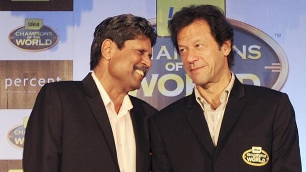 Previous cricket World Cup winning captains Kapil Dev of India (L) and Imran Khan (R) of Pakistan speak during a promotional function of a telecom company in Mumbai in 2011.(AFP/Getty Images)