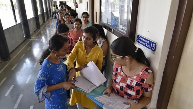 Delhi university aspirants stand in queues to get admission in new academic session 2018-19 at Daulat Ram College, in New Delhi, India, on June 20.(Sanchit Khanna/HT FilePHOTO)