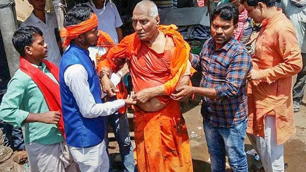 Swami Agnivesh, who was in Jharkhand's Pakur to attend an event on July 18, was in his hotel when a group of ABVP and BJYM workers allegedly thrashed him.(PTI/File Photo)