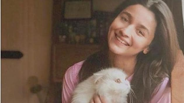 Alia Bhatt with her cat Edward Bhatt.(Instagram)