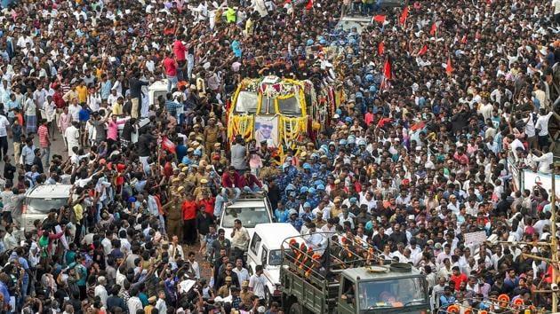 Chennai: People gather to pay their last respects to DMK chief M Karunanidhi as his cortege passes through the streets of Chennai on Wednesday, Aug 8, 2018. (PTI Photo) (PTI8_8_2018_000258A)(PTI)