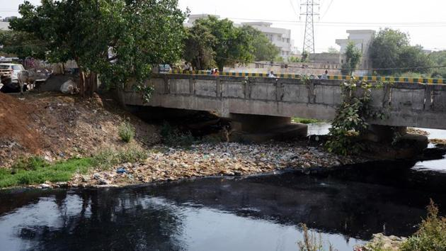 Garbage dumped in Buddha Nullah near Haibowal Bridge in Ludhiana.(HT File)