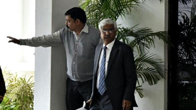 Chief secretary Anshu Parkash outside L-G Anil Baijal's residence in New Delhi.(Sonu Mehta/HT File Photo)