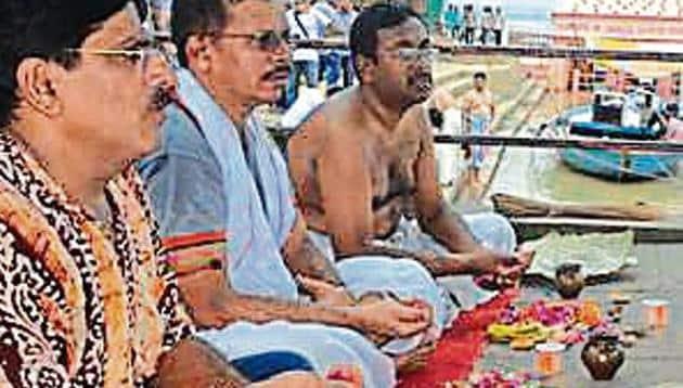 Men perform last rites at Manikarnika Ghat in Varanasi on Tuesday.(HT Photo)