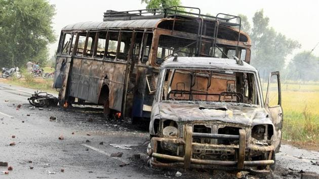 Police vehicles gutted during a protest in 2015 against alleged sacrilege in Kotkapura. Zora Singh panel was set up that year to probe the sacrilege and incident of police firing on protesters.(HT File)