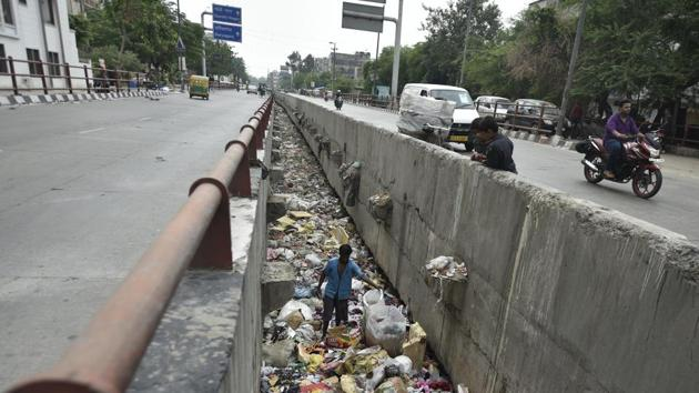 A drain full of garbage at Geeta Colony in East Delhi. The capital did not fare well in terms of municipal solid waste collection in the Ease of Living Index.(Ravi Choudhary/HT Photo)