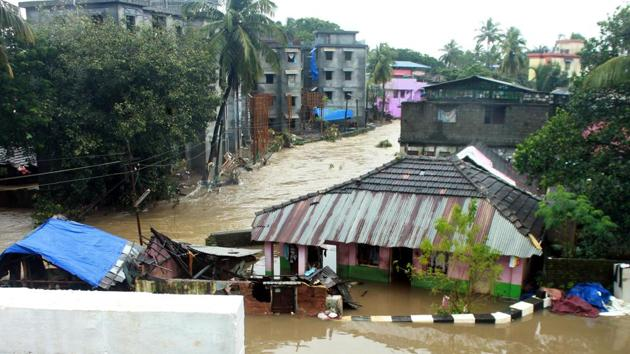 A view of Indrani Nagar in Palakkad, Kerala. Kerala continued to reel under flood fury on Wednesday as surging waters led to the Cochin international airport being shut till Saturday.(HT Photo)
