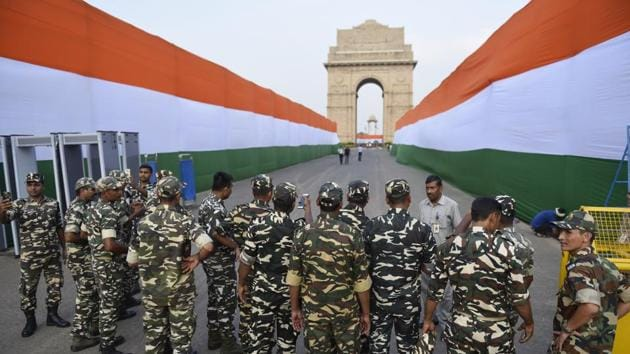 Security personnel at the India Gate on the eve of Independence Day in New Delhi on Tuesday.(Sanchit Khanna/HT Photo)